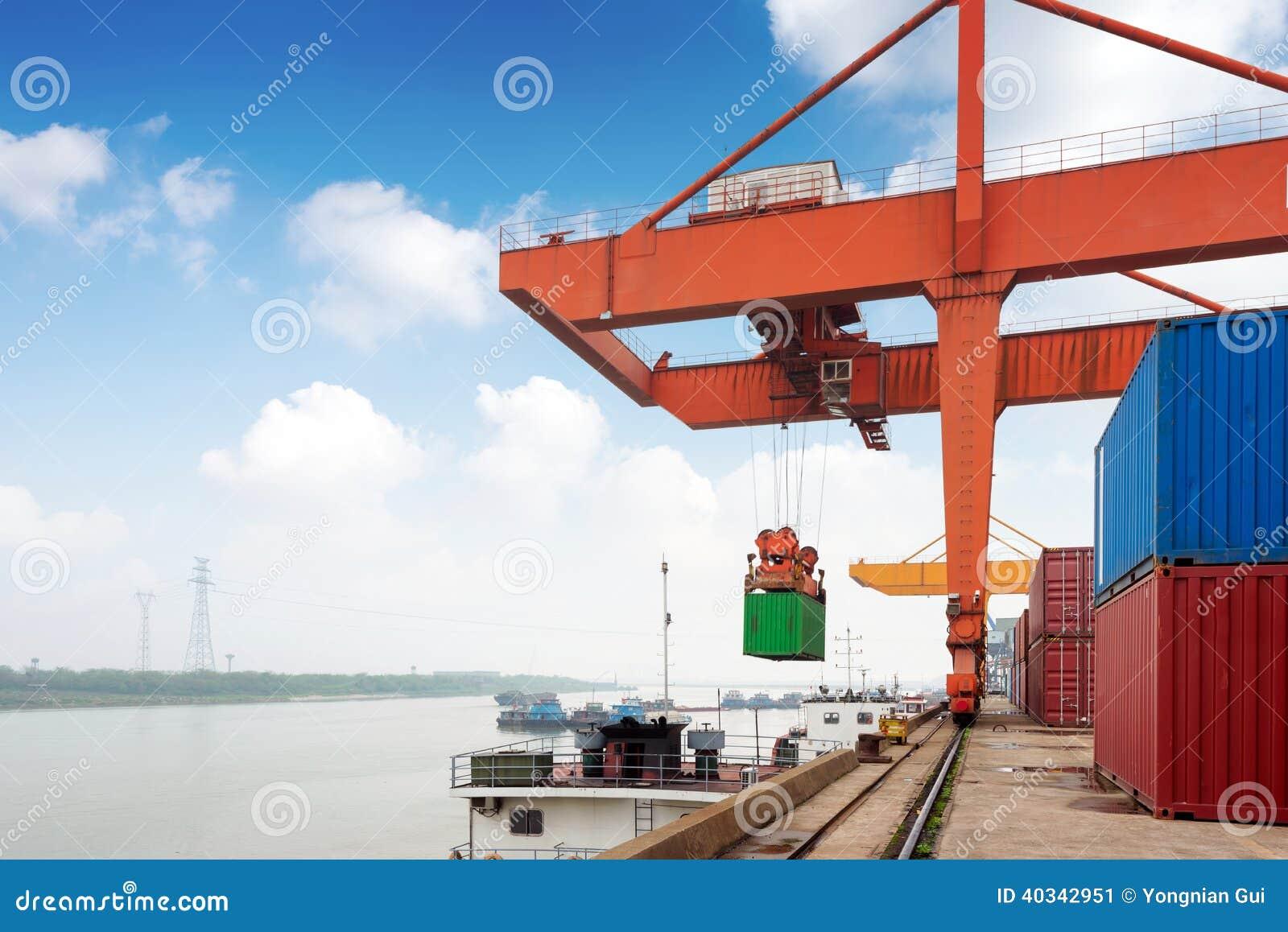 Большой контейнерный терминал
