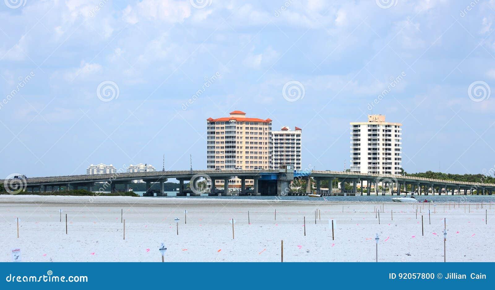 Большой мост пропуска Карлоса соединяя пляж Fort Myers к Bonita Springs, Флориде