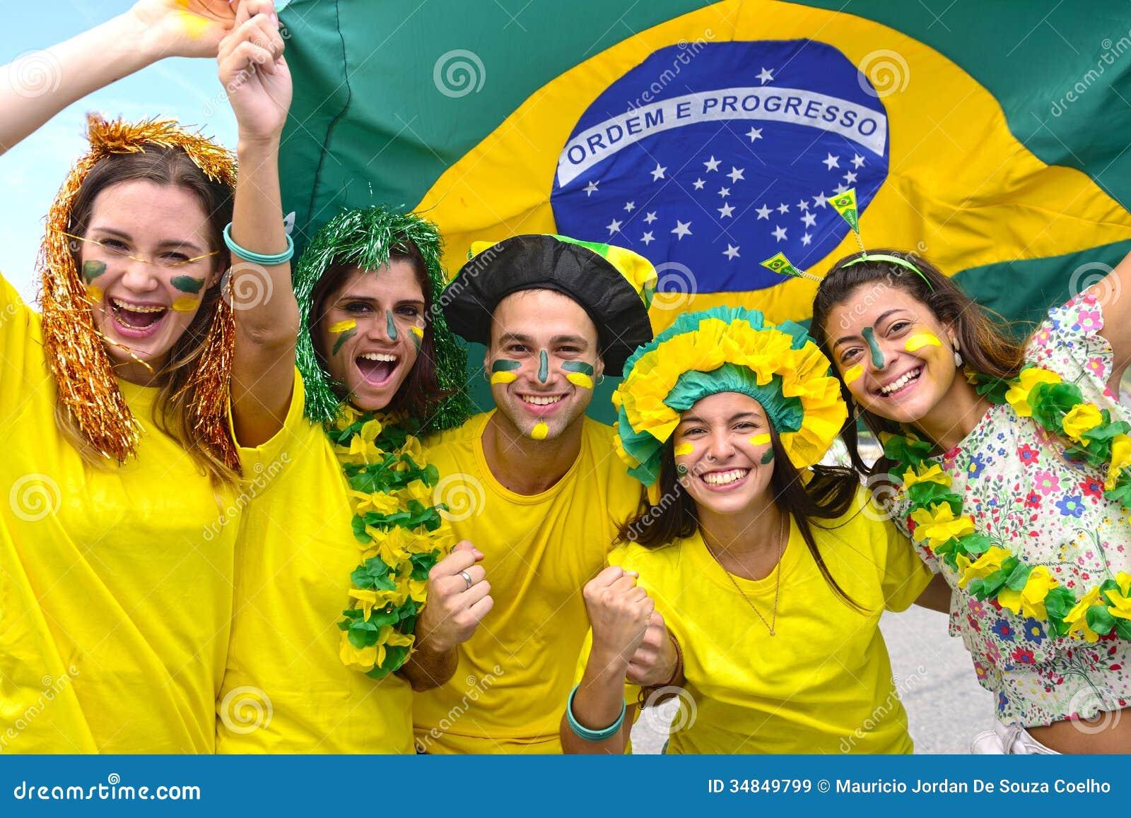 Бразильские поклонники футбола чествуя.
