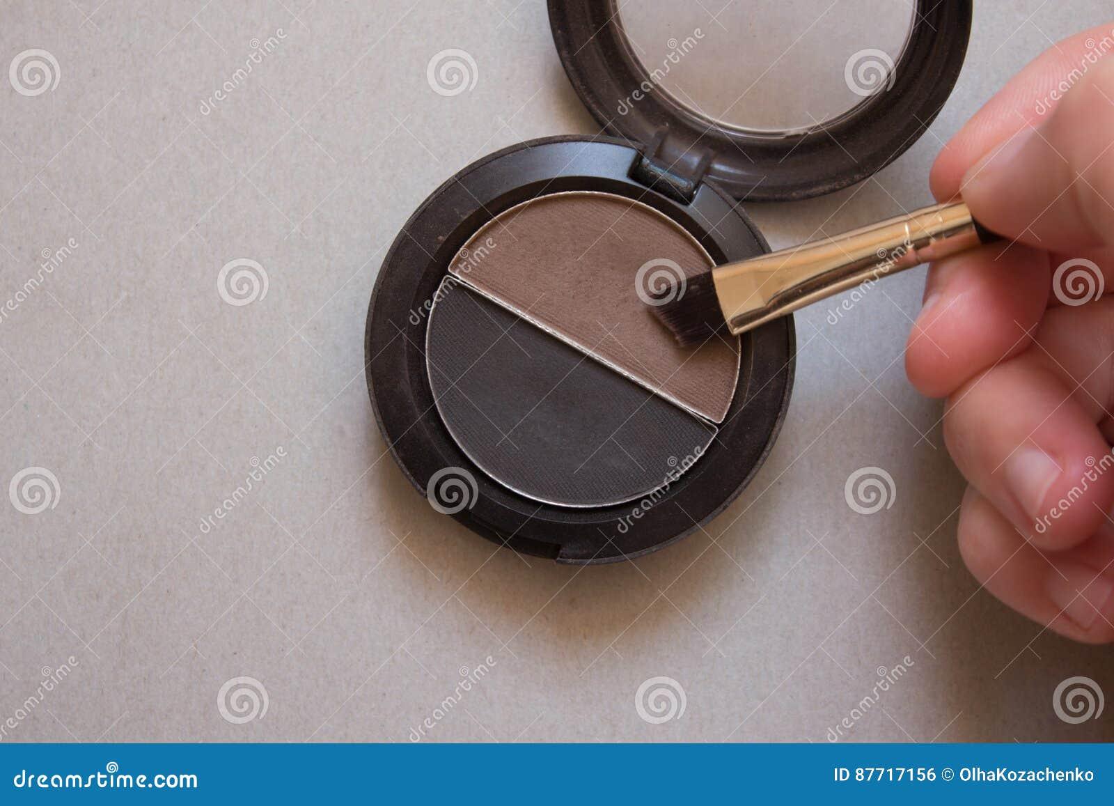 Брайн и черные тени для чел, щетки и женской руки