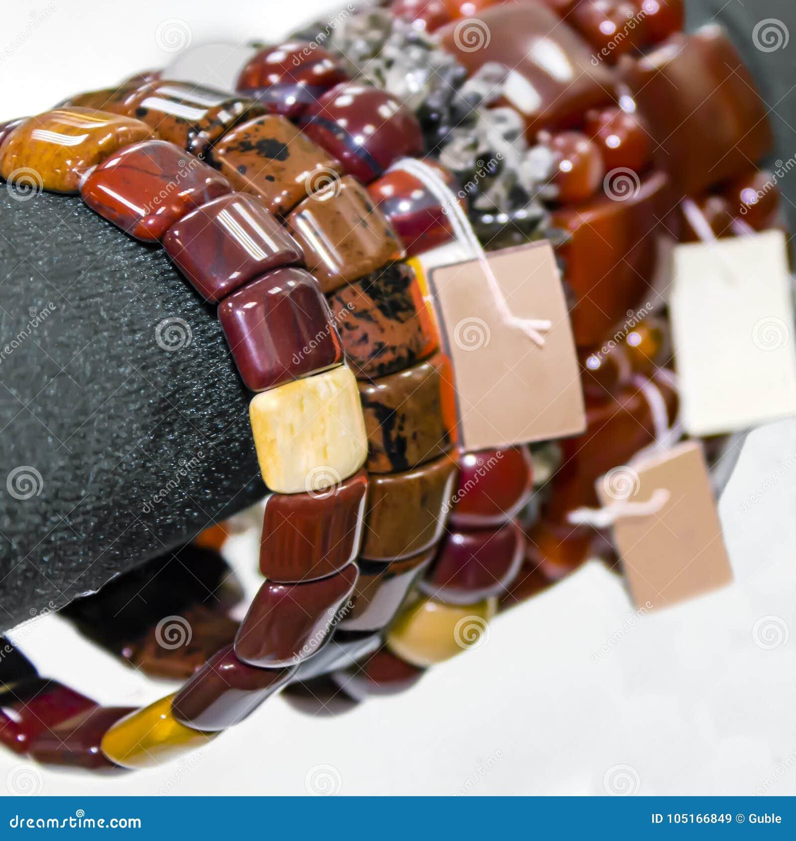 Браслеты ` s женщин от самоцветных камней Витрина в магазине