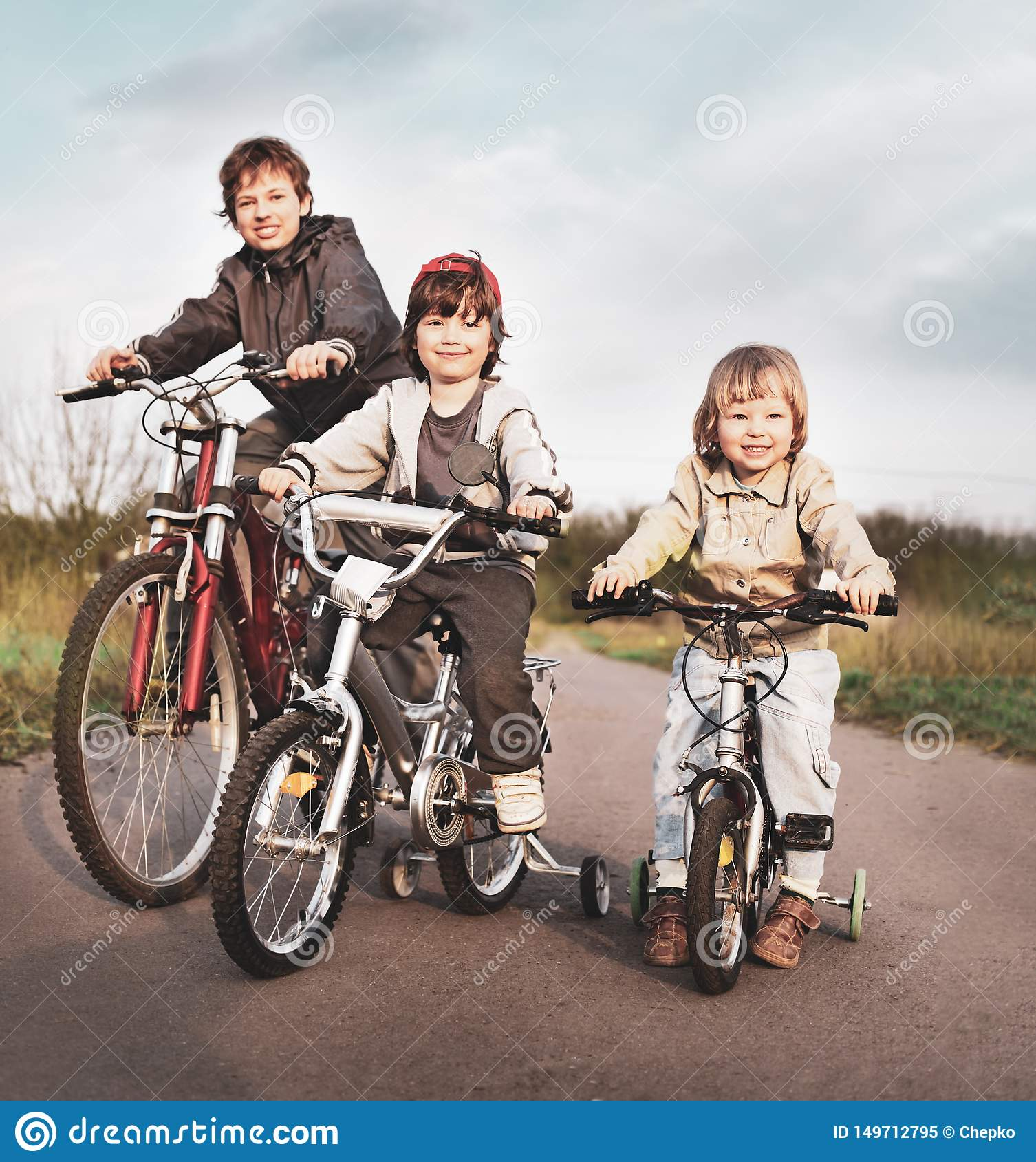 Братья едут на велосипедах