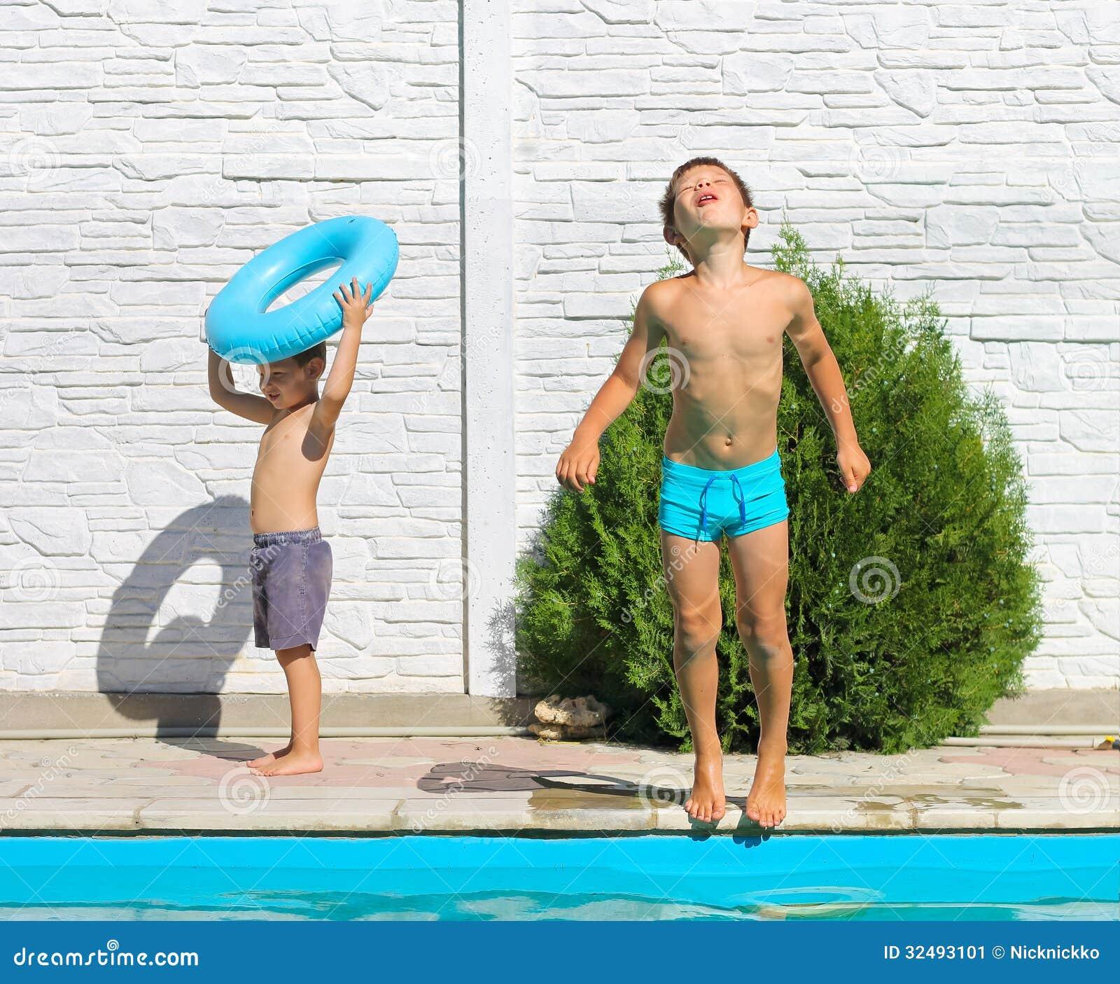 2 брать около бассейна