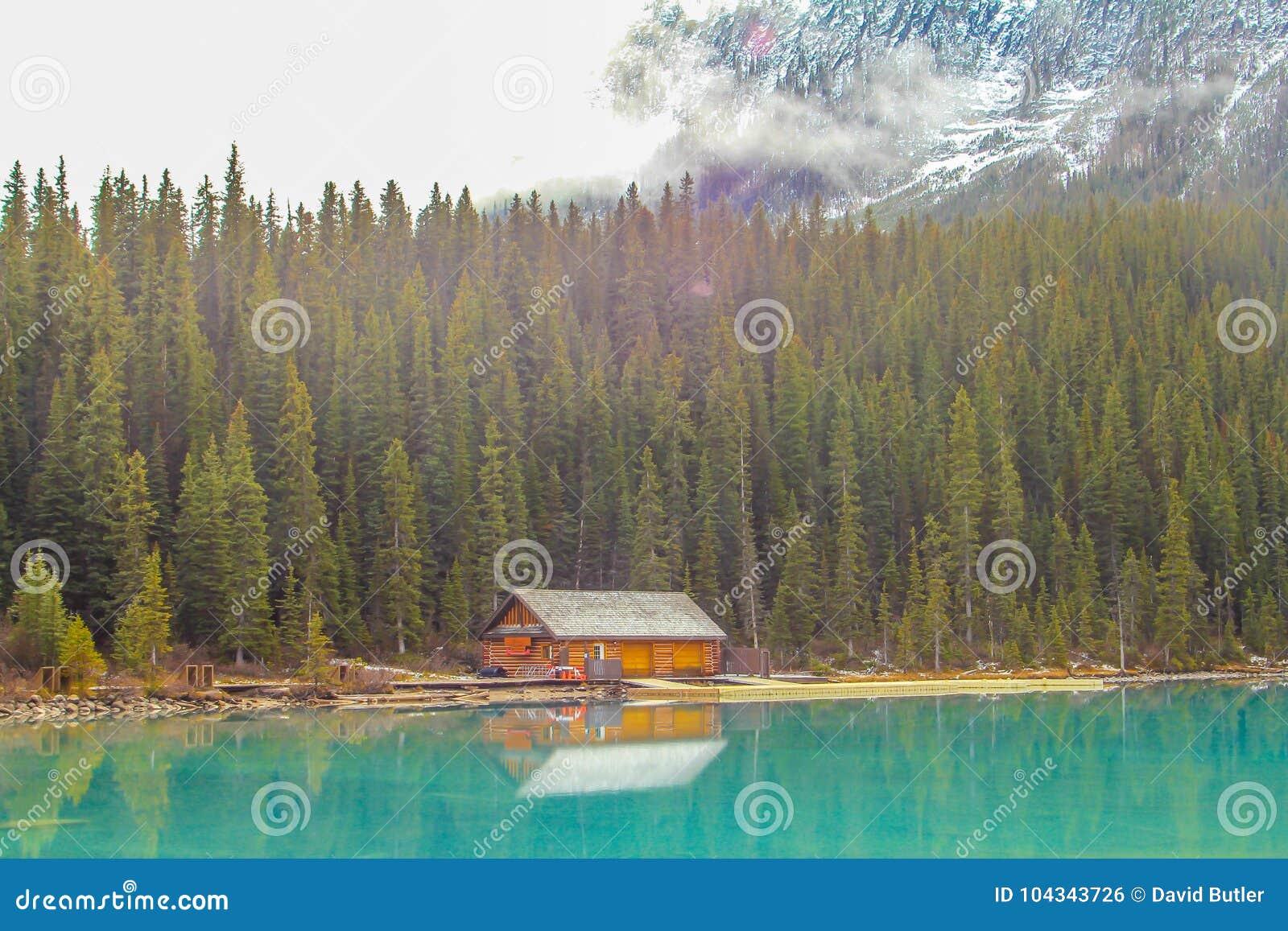 Бревенчатая хижина на Lake Louise