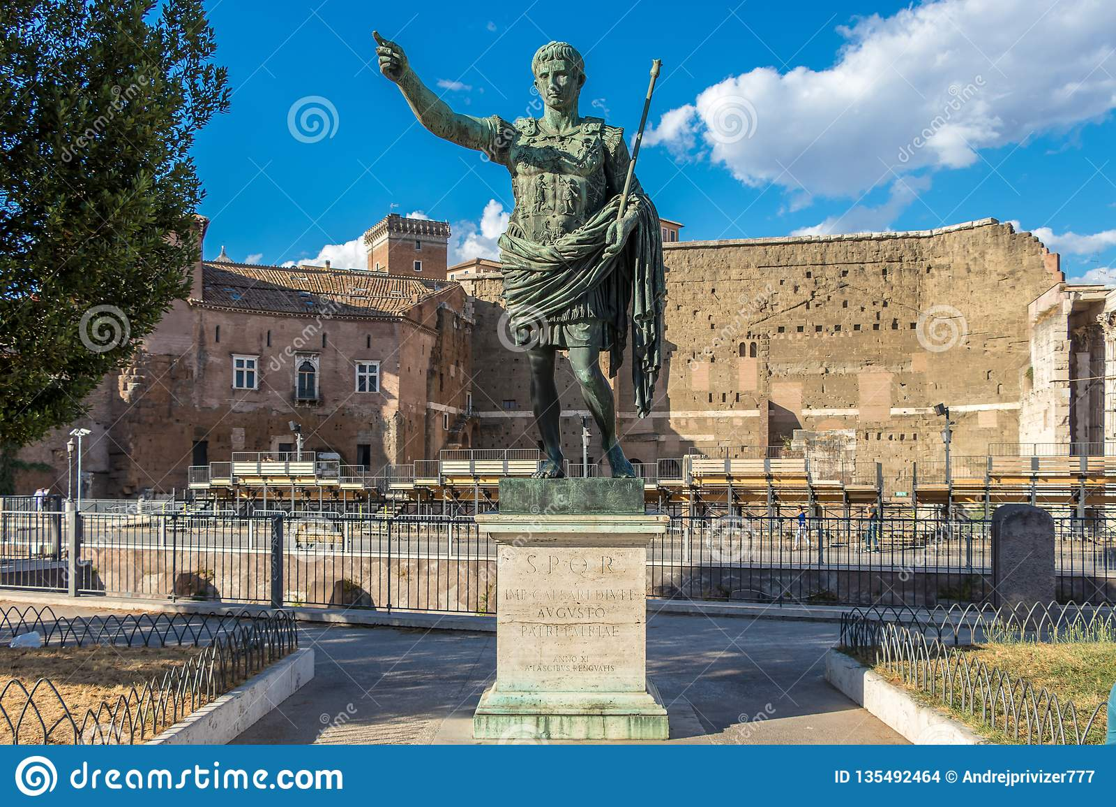 Бронзовая монументальная статуя цезаря Augustus, Рима, Италии