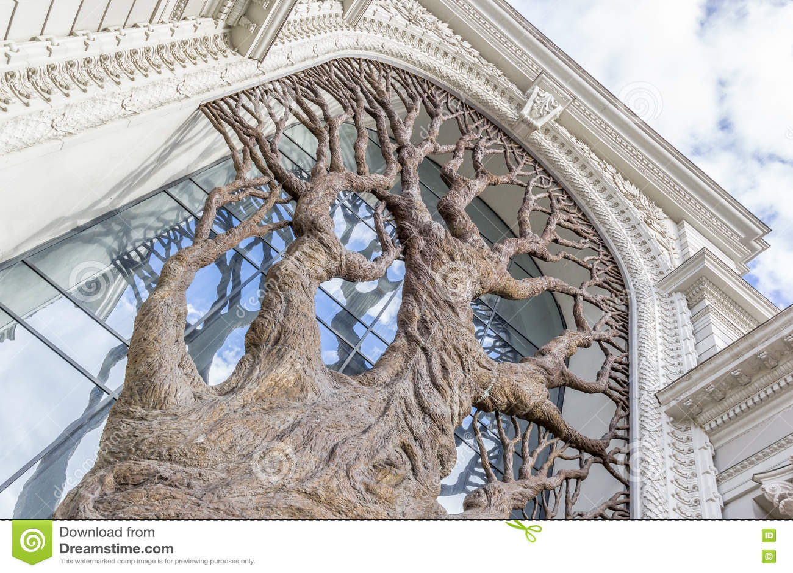 Бронзовое дерево на министерстве Казани земледелия
