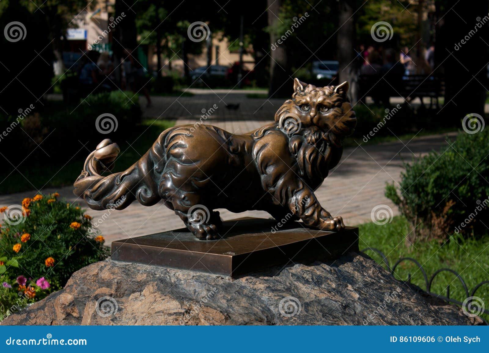 Бронзовый кот на
