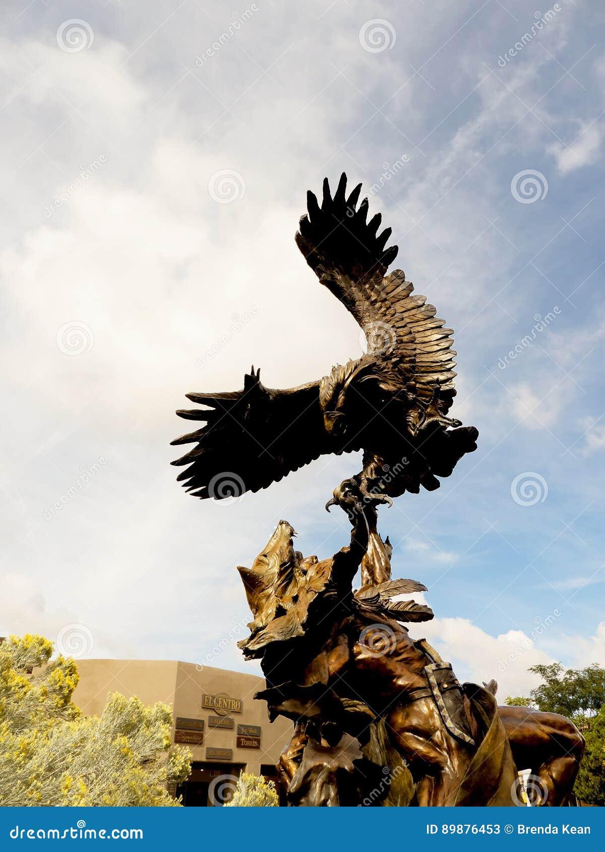 Бронзовый орел воюя скульптуру ратника коренного американца в Санта-Фе город капитолия Неш-Мексико