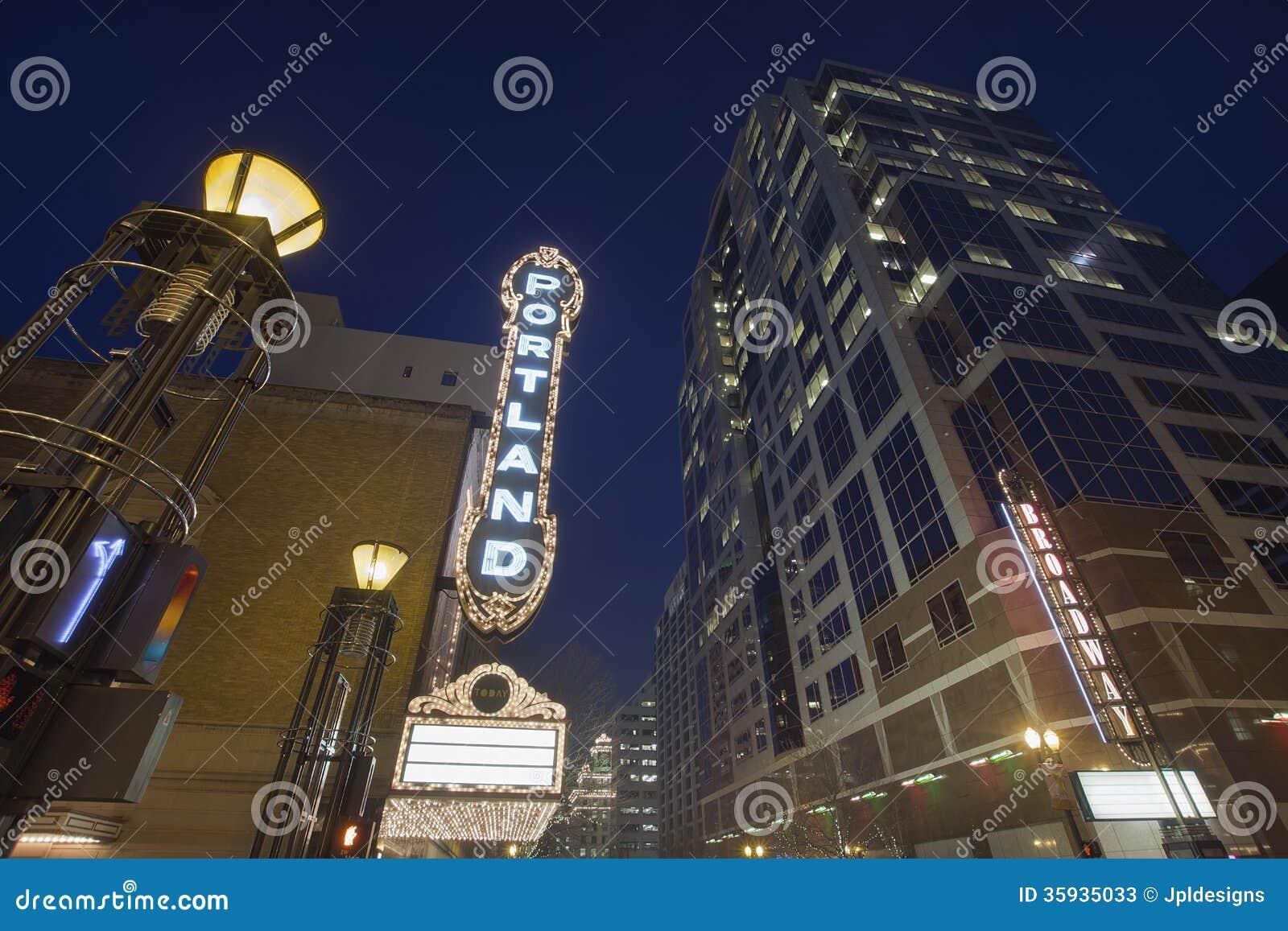 Бродвей Портленд Орегон на выравнивать голубой час