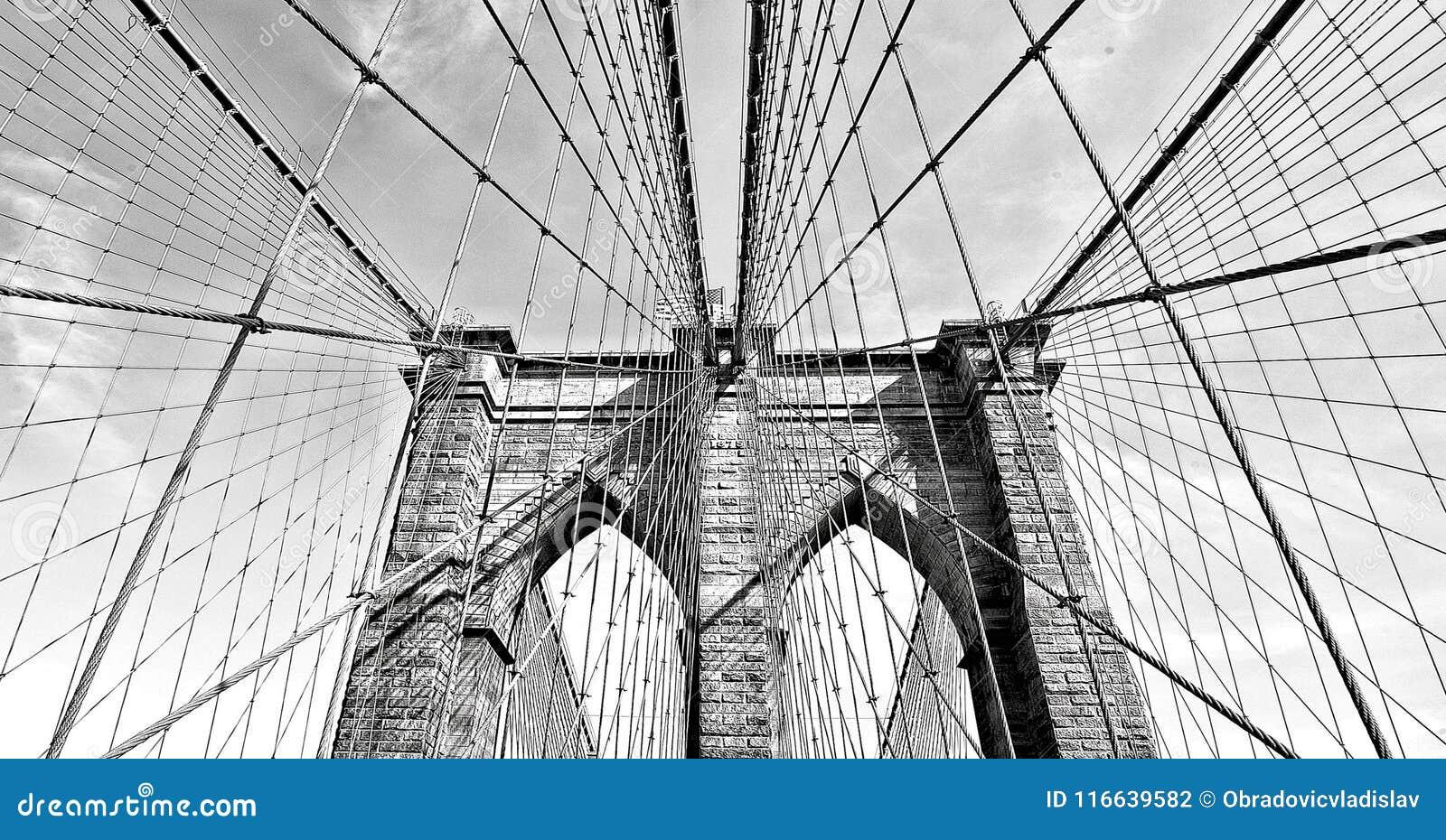 Бруклинский мост в черно-белом, городском Манхаттане, Нью-Йорке, США