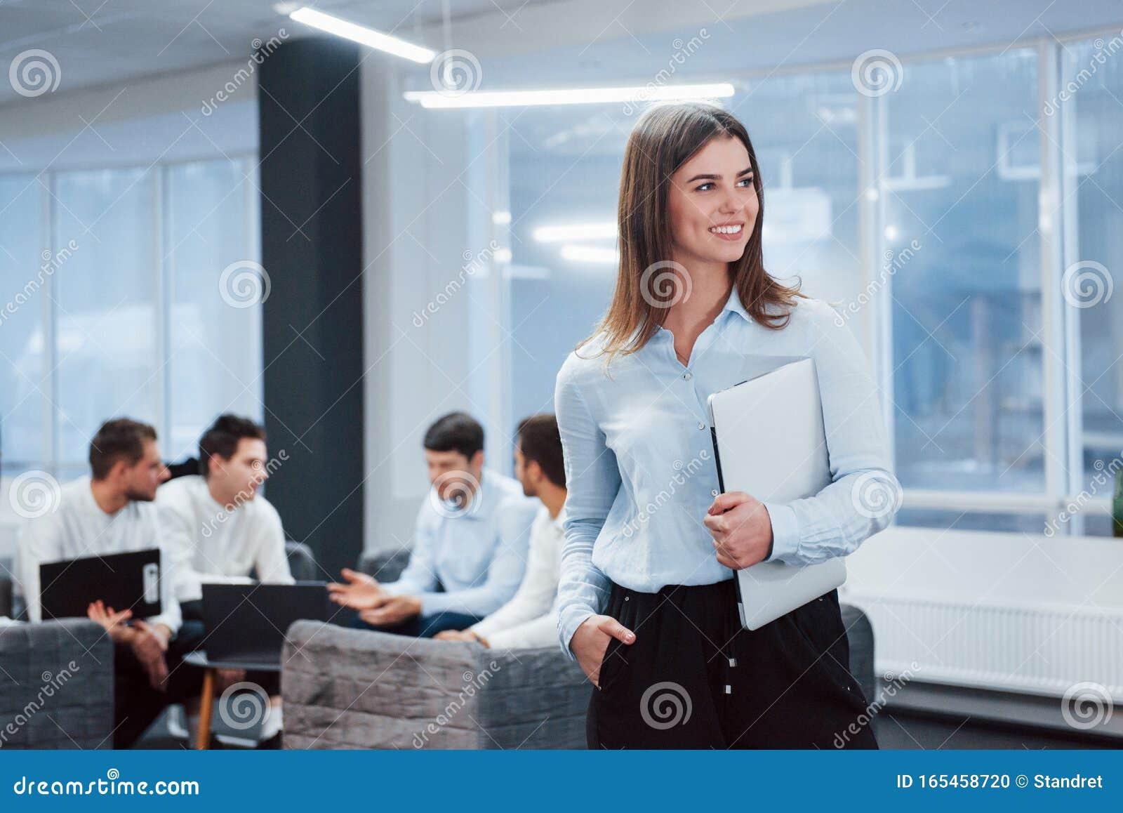 Влюблен на работе в девушку девушка модель работы горя