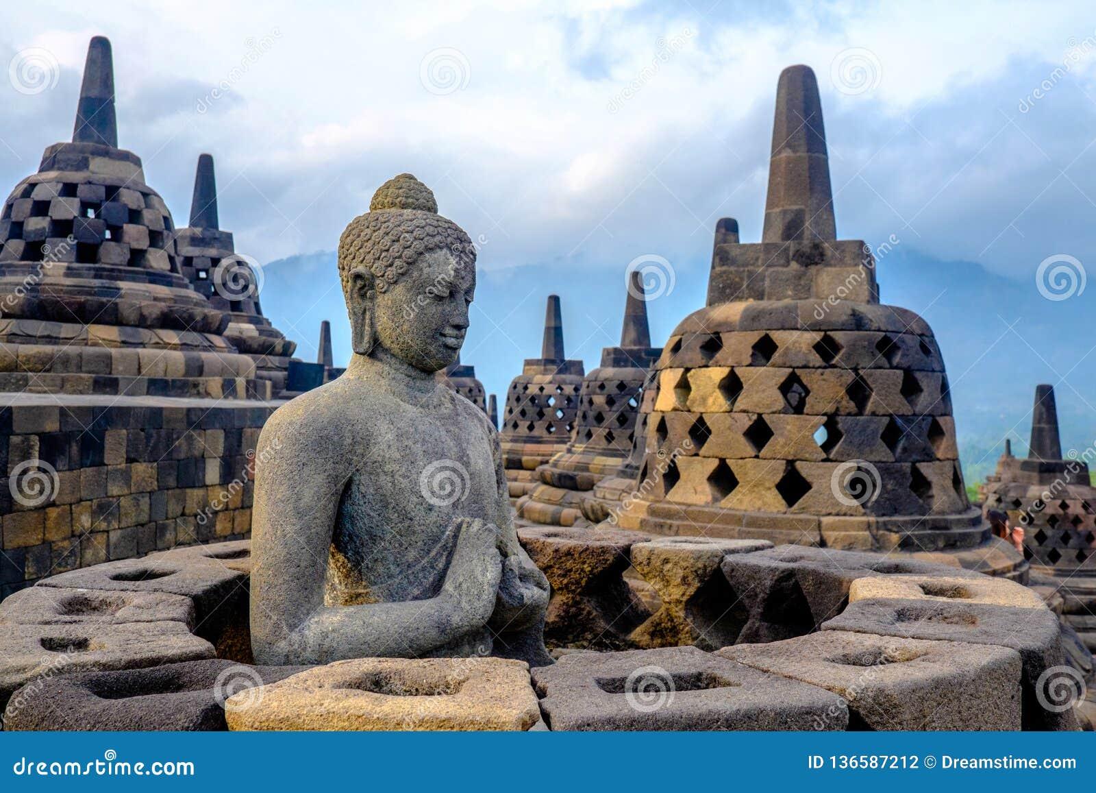 Будда на Borobudur, Yogyakarta, Индонезии
