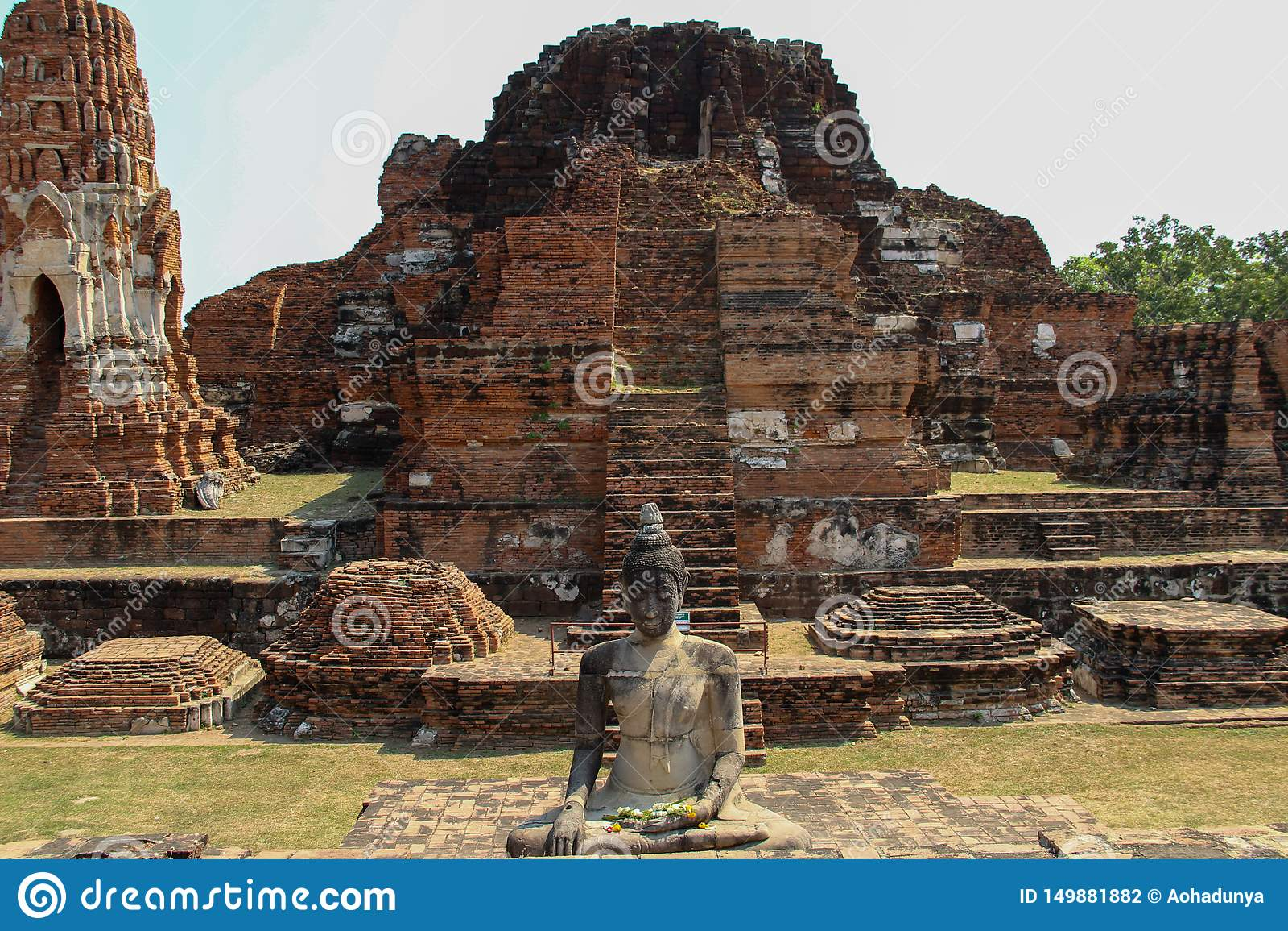 Буддийский висок со старым stupa в Ayutthaya, Таиланде