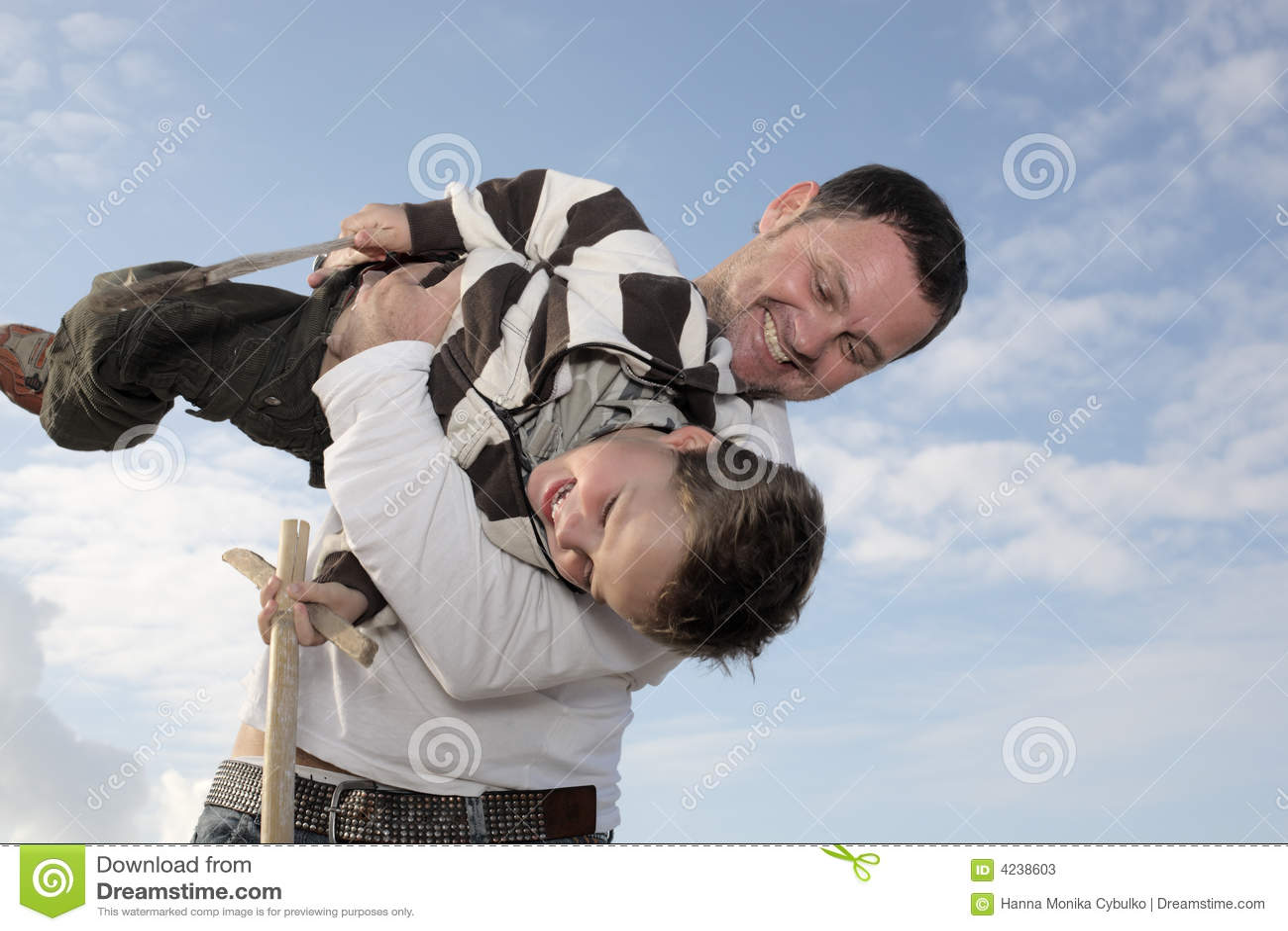 будьте отцом его играя детенышей сынка