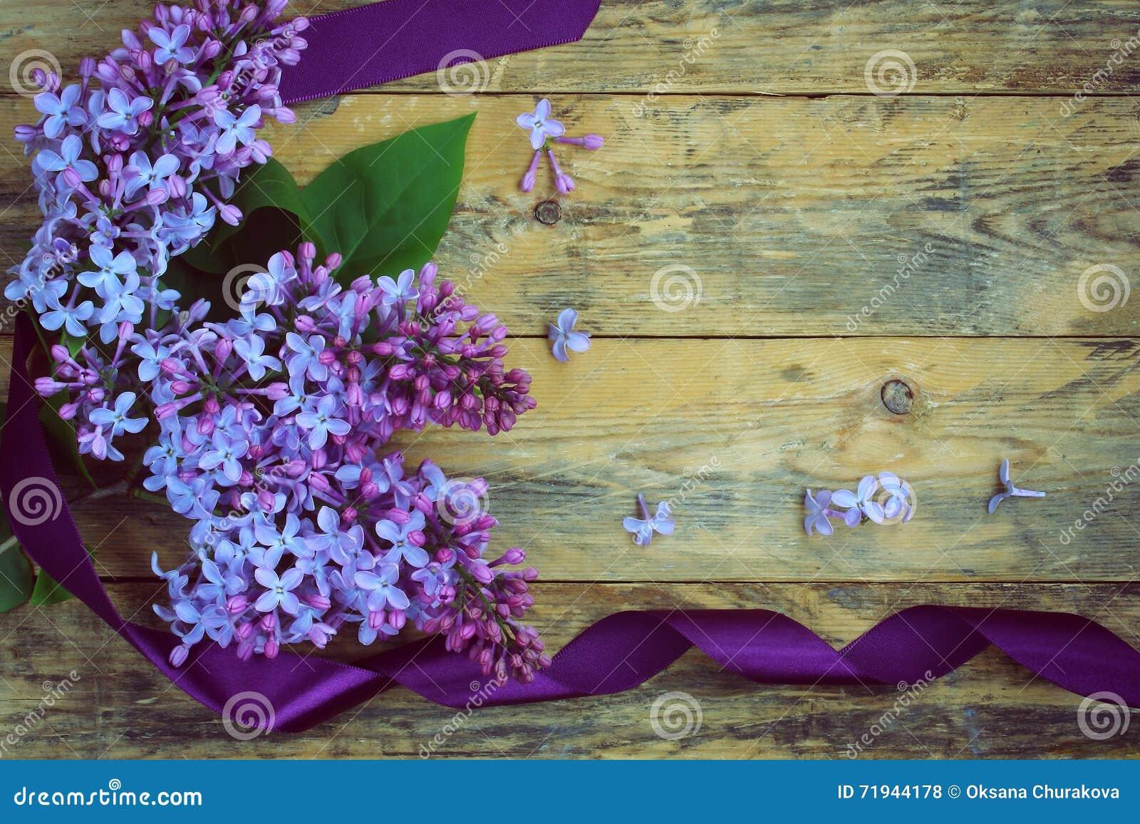 Букет ветвей сирени с фиолетовой лентой