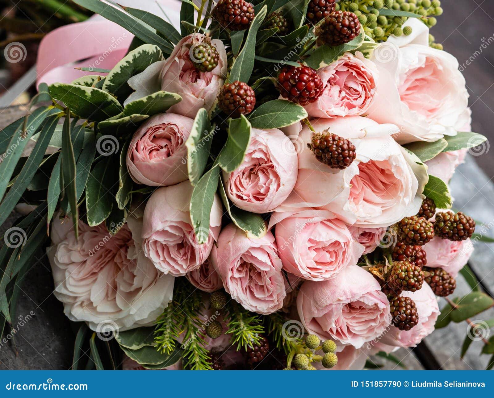 Букет красивых чувствительных цветков для свадьбы