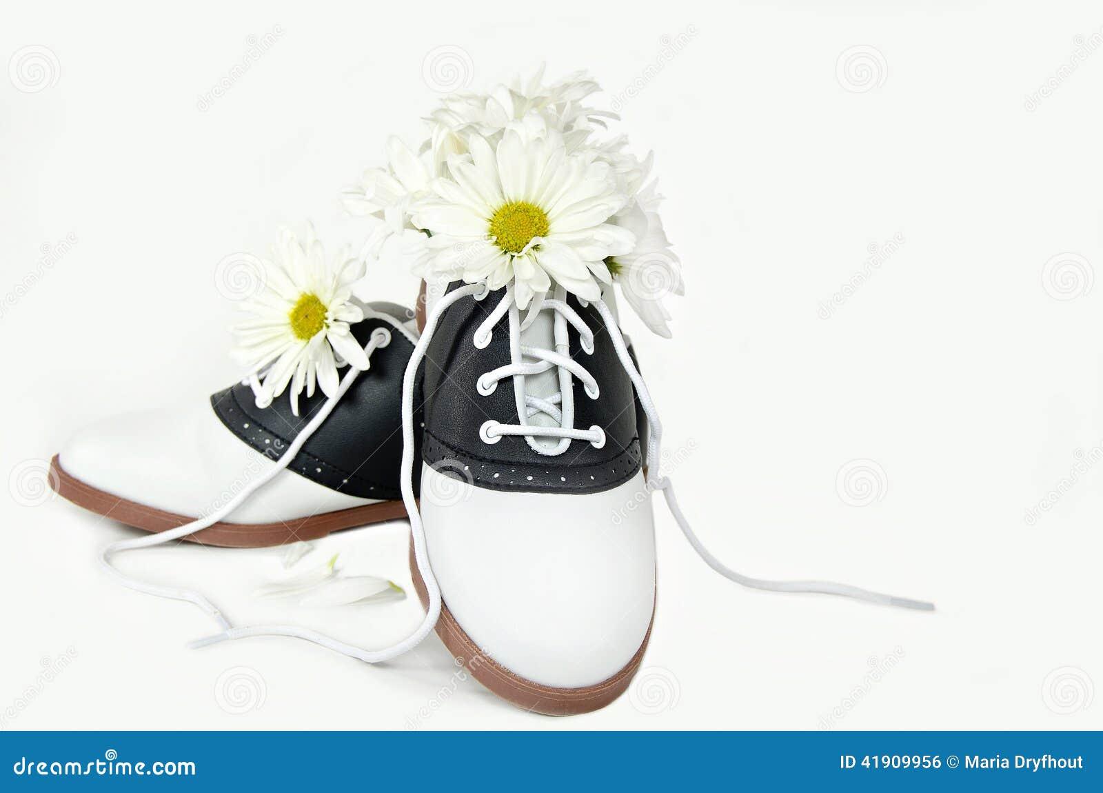 Букет маргаритки в ботинке седловины