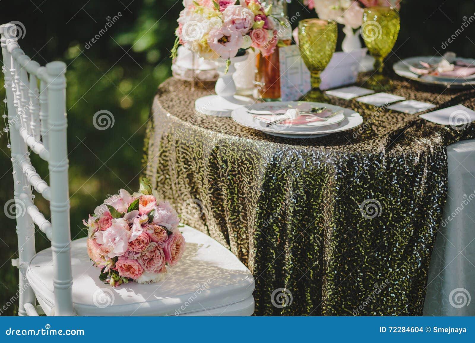 Download Букет на стуле рядом с таблицей украшенной для Picni свадьбы Стоковое Фото - изображение насчитывающей влюбленность, blooping: 72284604