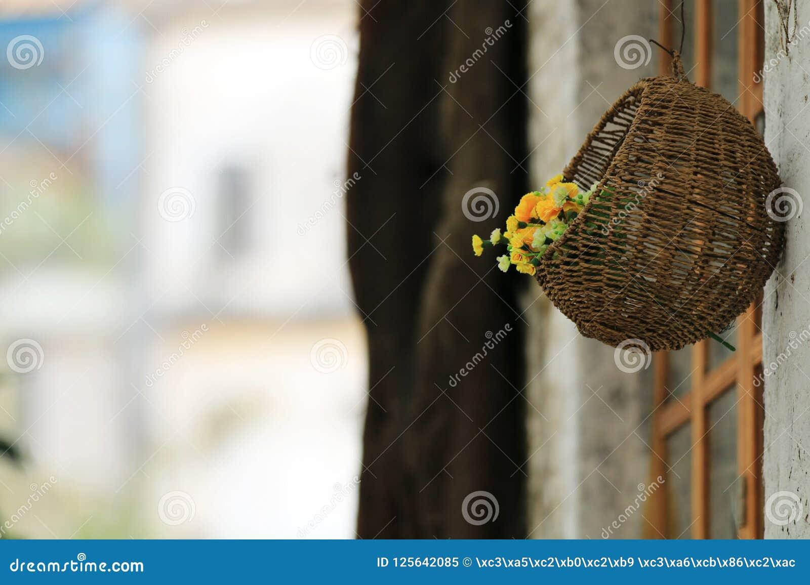 Букет цветков в смертной казни через повешение корзины на стене