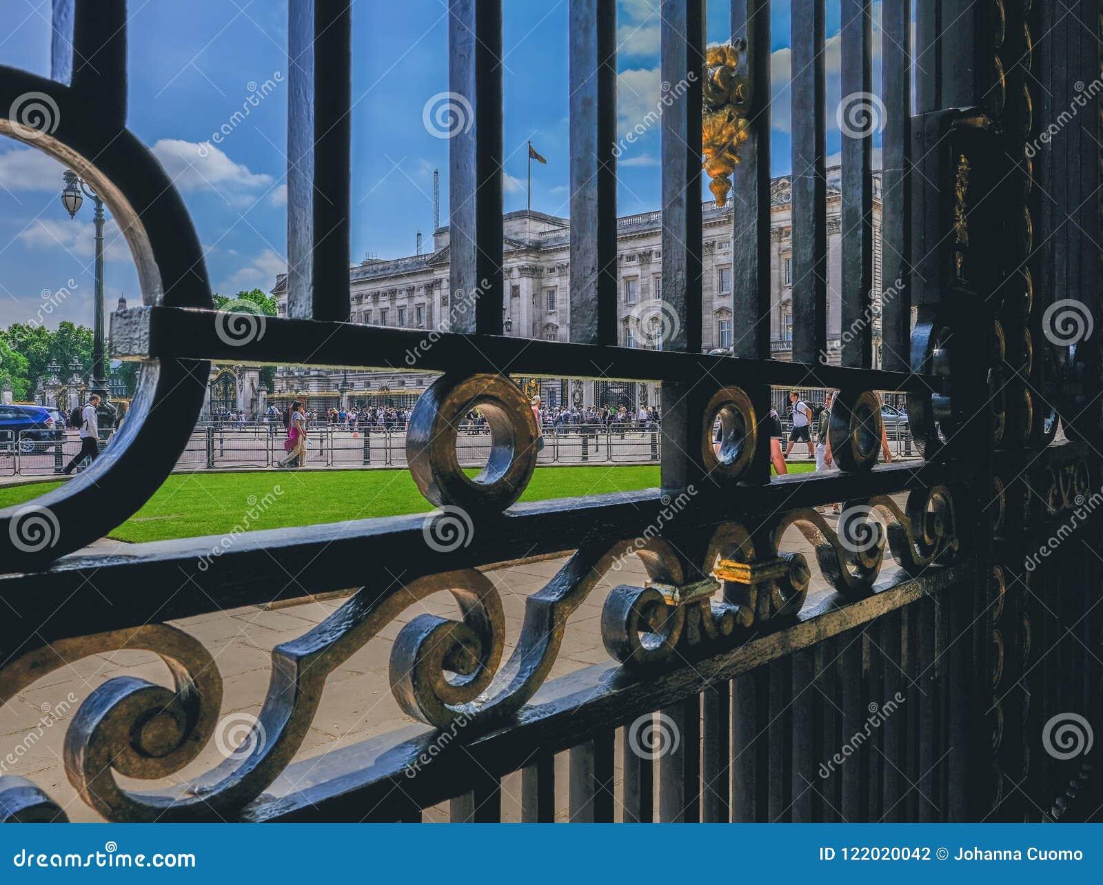 Букингемский дворец осмотренный через богато украшенные южно-африканские стробы