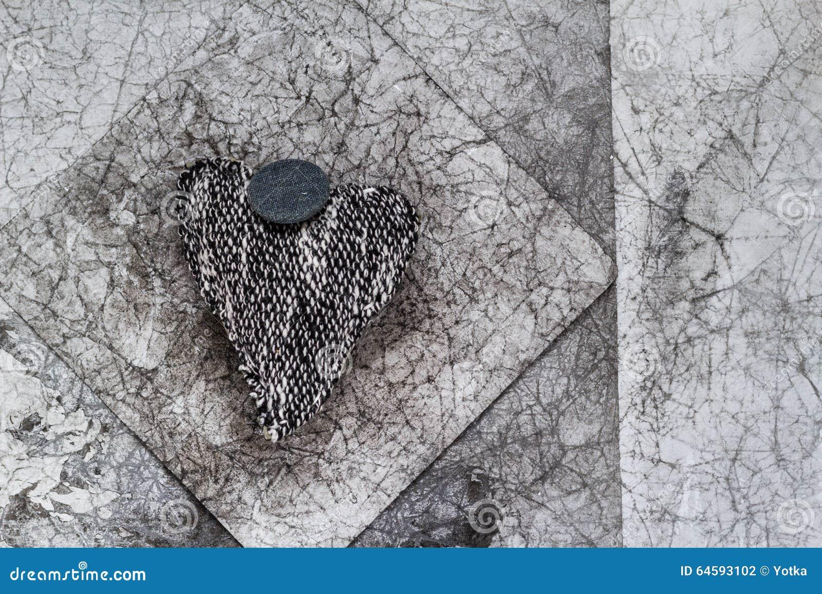 Картинки тряпичные сердечки на сером заборе
