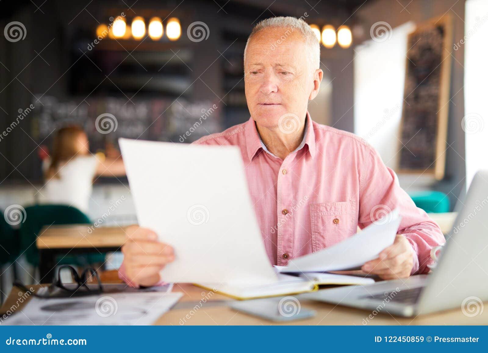 Бумаги чтения в кафе