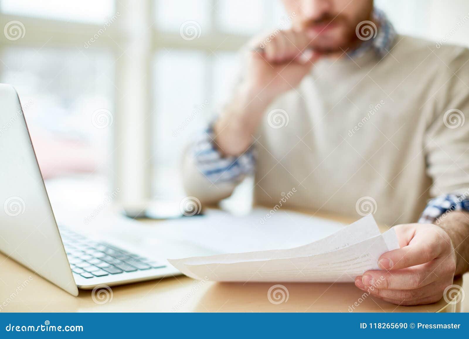 Бумаги чтения человека урожая и компьтер-книжка использования