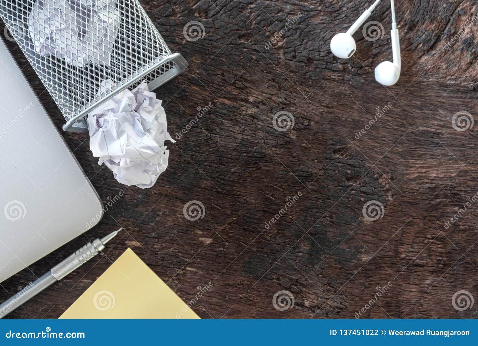 Бумажная погань комкает бумагу падая к повторно используя ящику, была брошена к ящику корзины металла, переполняя макулатуре в от