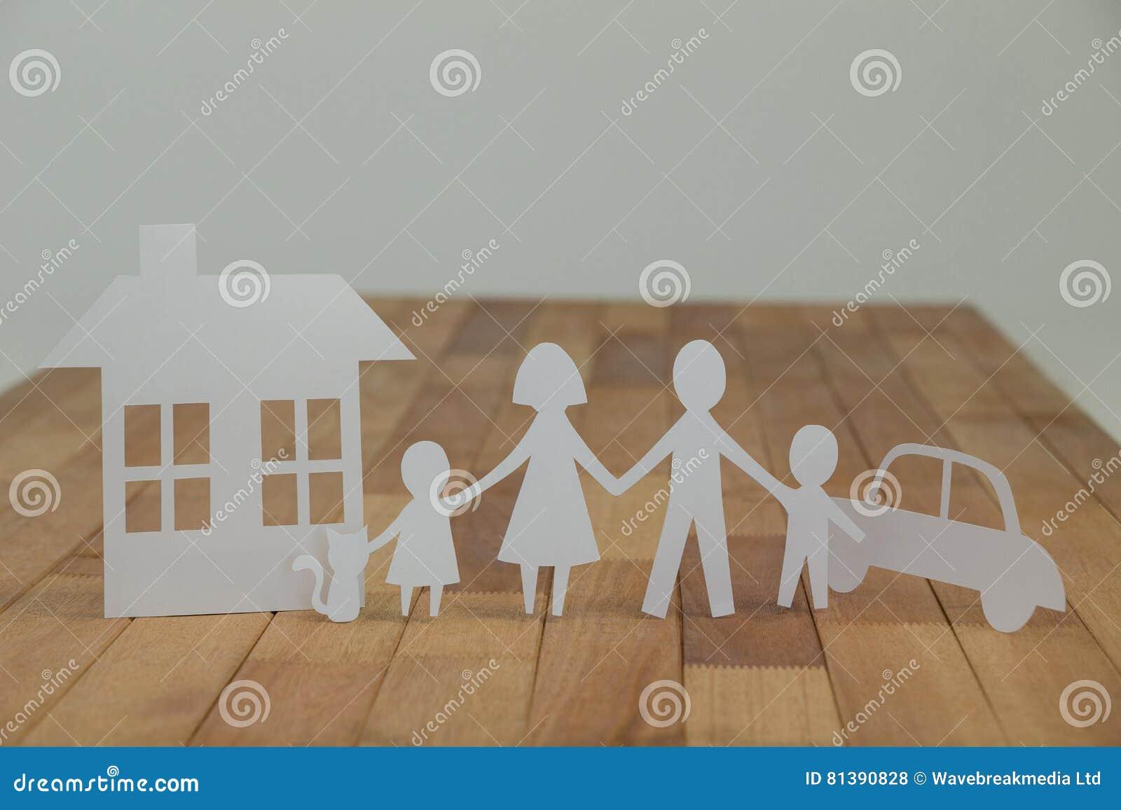 Бумажная семья выреза с домом и автомобилем