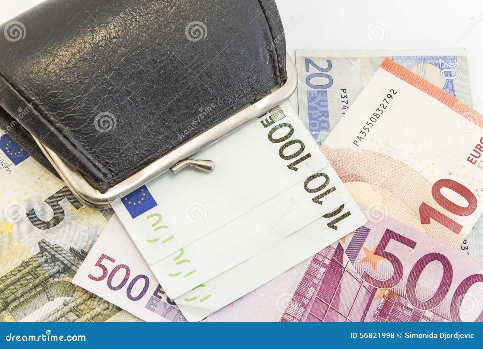 Бумажник с деньгами на белизне