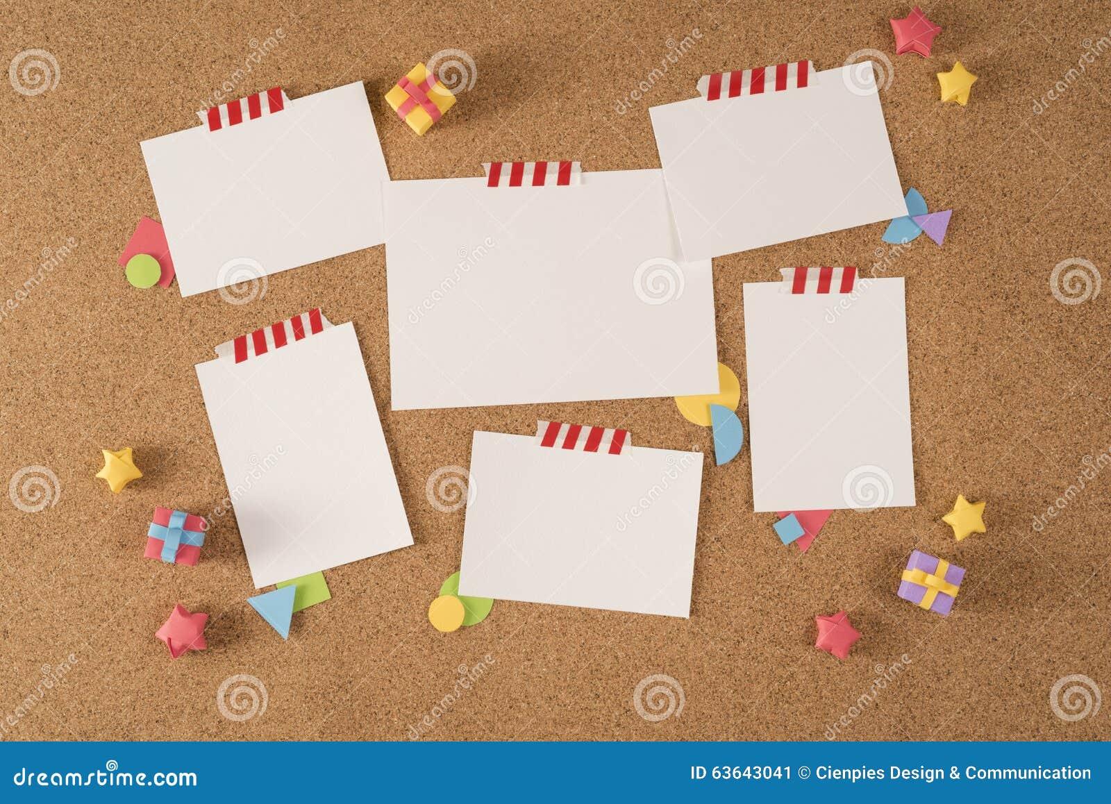 Бумажное портфолио шаблона извещении о пробочки доски офиса примечания