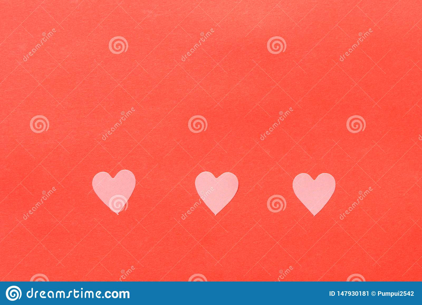 Бумажные элементы в форме летания сердца на розовой предпосылке