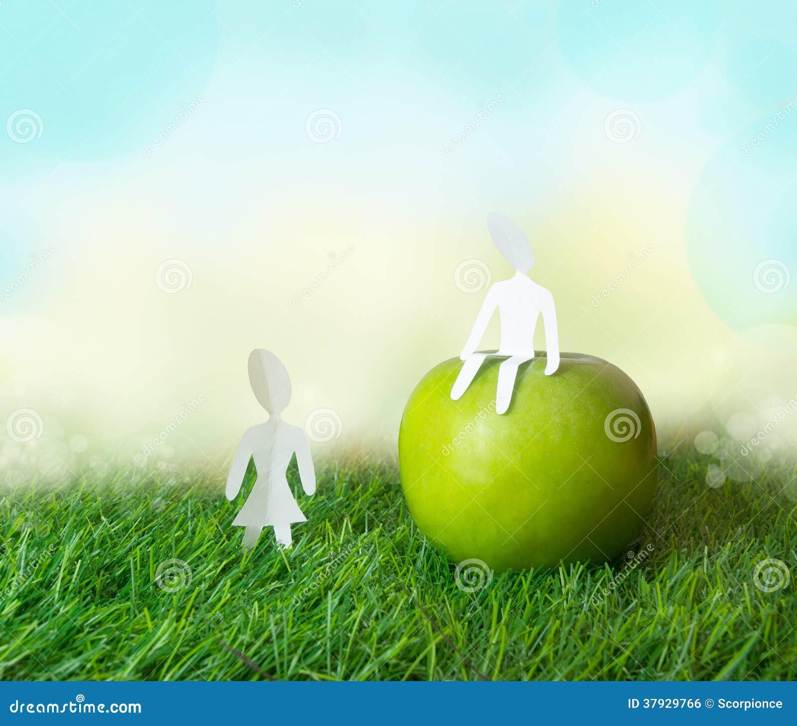 Бумажный мальчик и девушка с яблоком