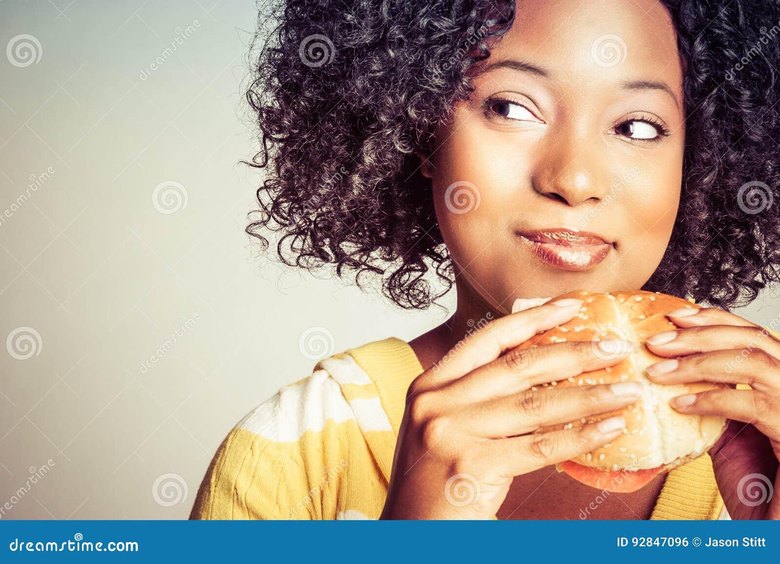 бургер есть женщину