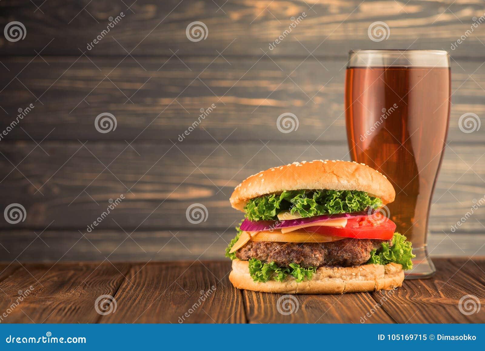Бургер и пиво