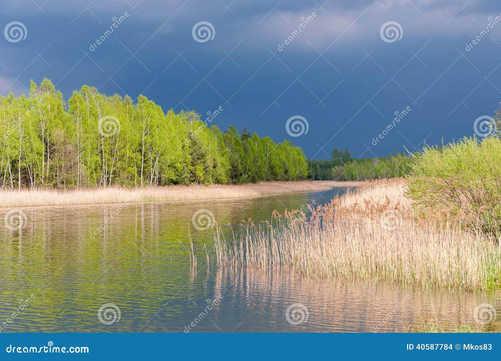 Бурное небо над озером