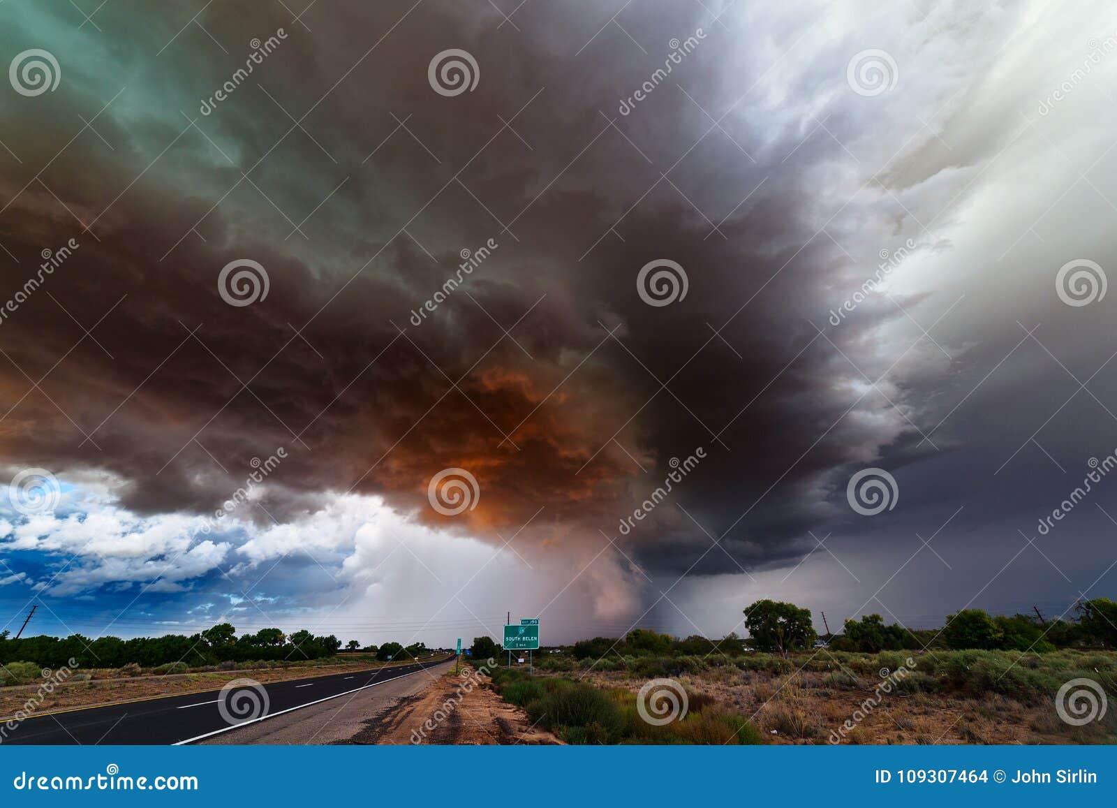 Бурное небо с темными облаками впереди грозы supercell