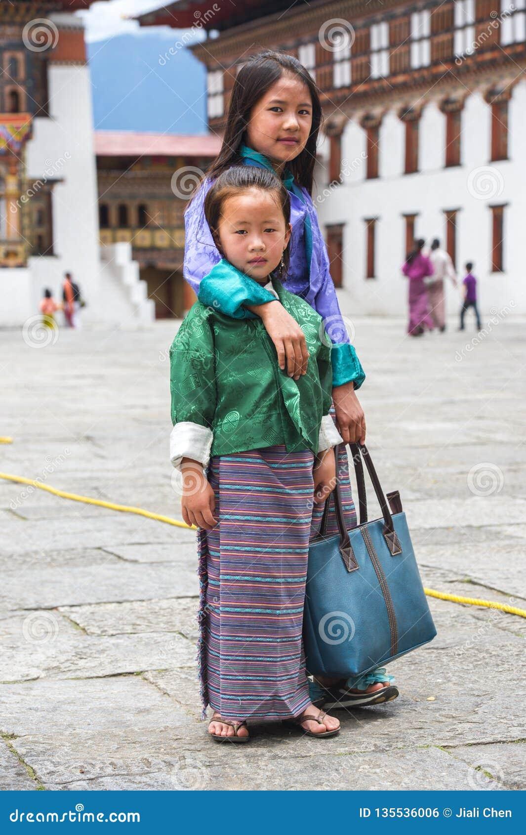 Бутанские маленькие девочки в традиционных одеждах, Бутане