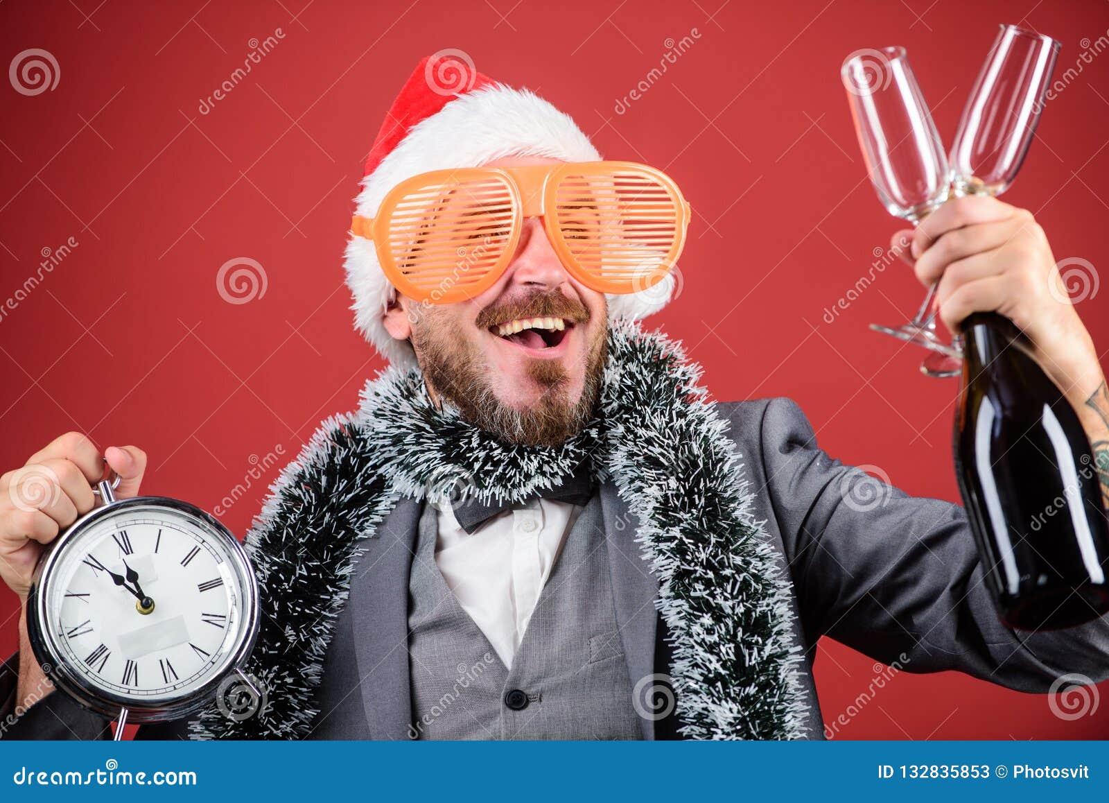 Бутылка владением santa хипстера человека бородатая Корпоративная рождественская вечеринка Время празднует зимний отдых Шляпа san