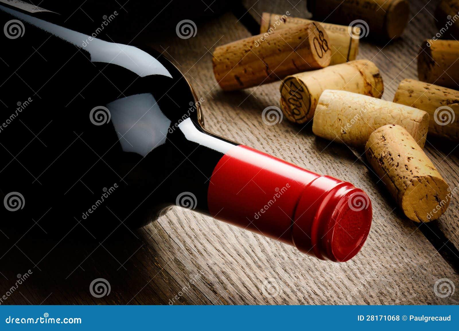Бутылка красного вина и пробочек