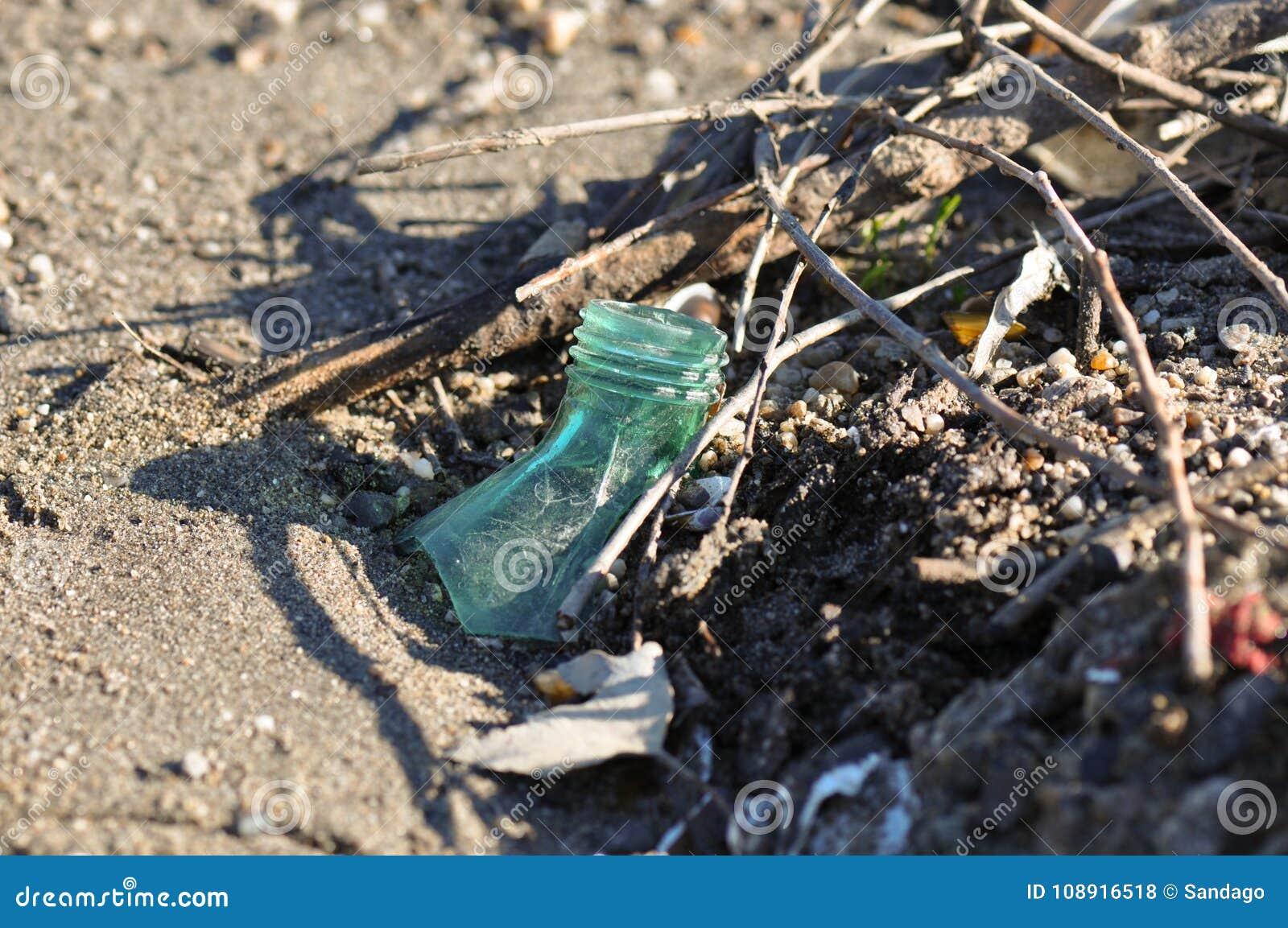 Бутылка погани на пляже