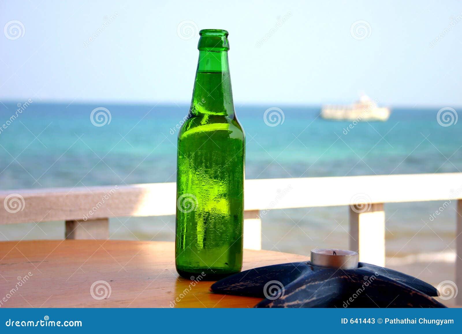 Download бутылка стоковое изображение. изображение насчитывающей питье - 641443