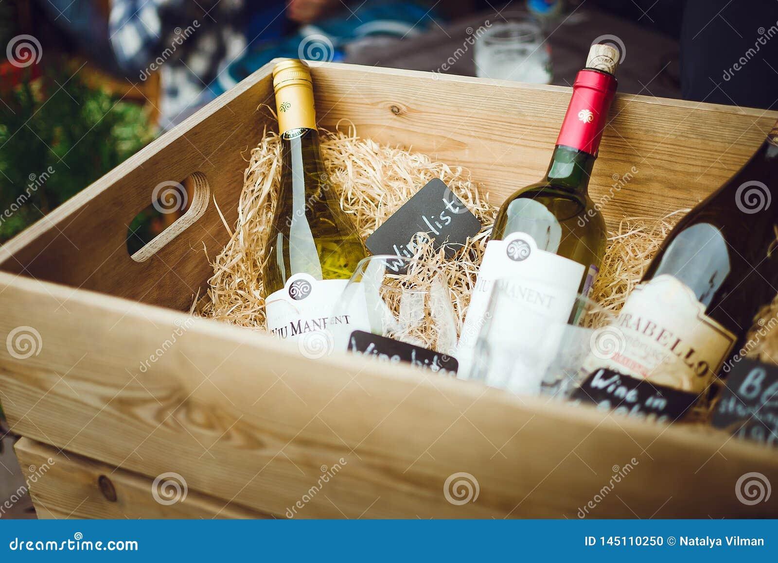 Бутылки вина в винтажной деревянной коробке Кафе улицы витрин пейзажа