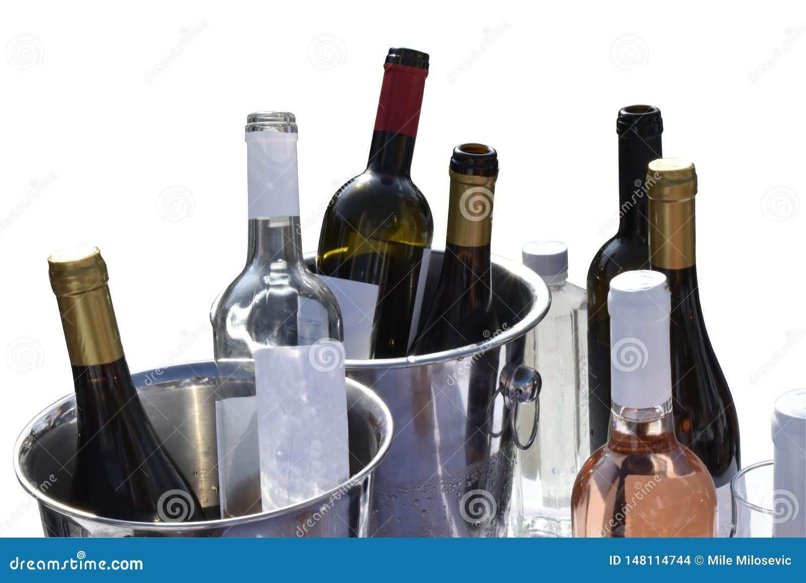 Бутылки вина изолированные на белом с путем клиппирования
