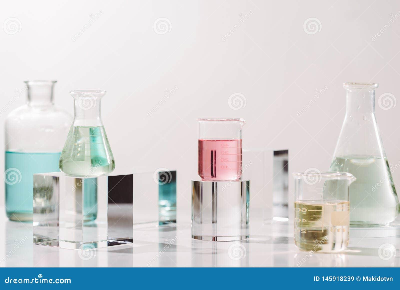 Бутылки с различными маслами духов на таблице