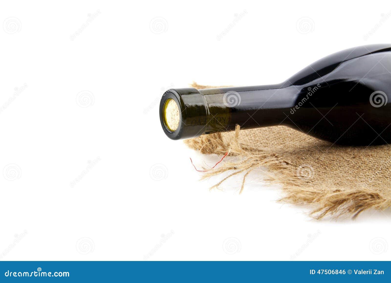 Бутылка вина на грубом материале