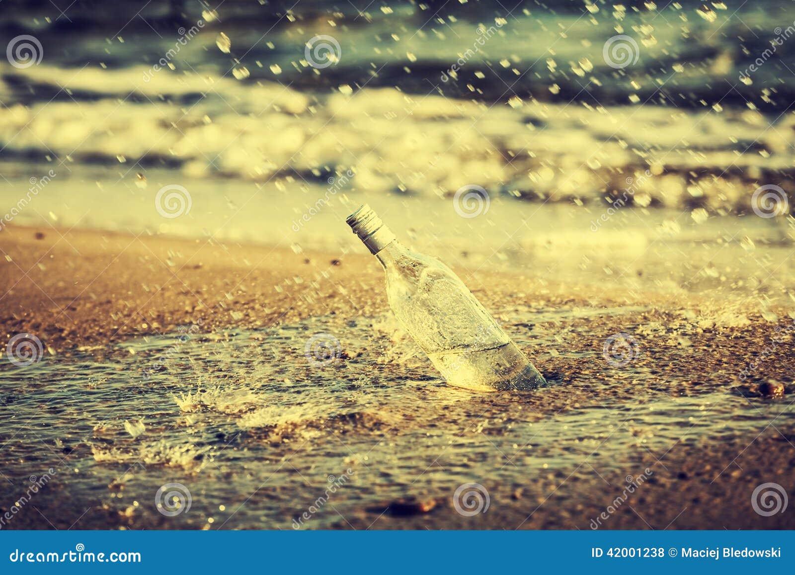 Бутылка с водой падает на пляж, ретро влияние года сбора ...