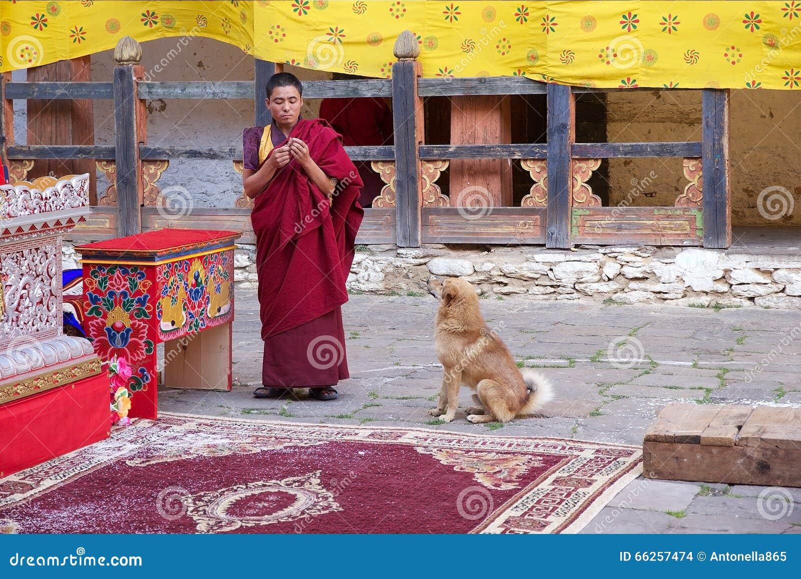 Буддийский монах на Jakar Dzong, Jakar, Бутане