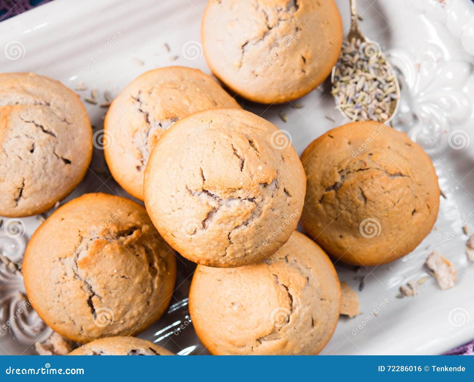 Download Булочки лаванды на подносе стоковое фото. изображение насчитывающей bakersfield - 72286016