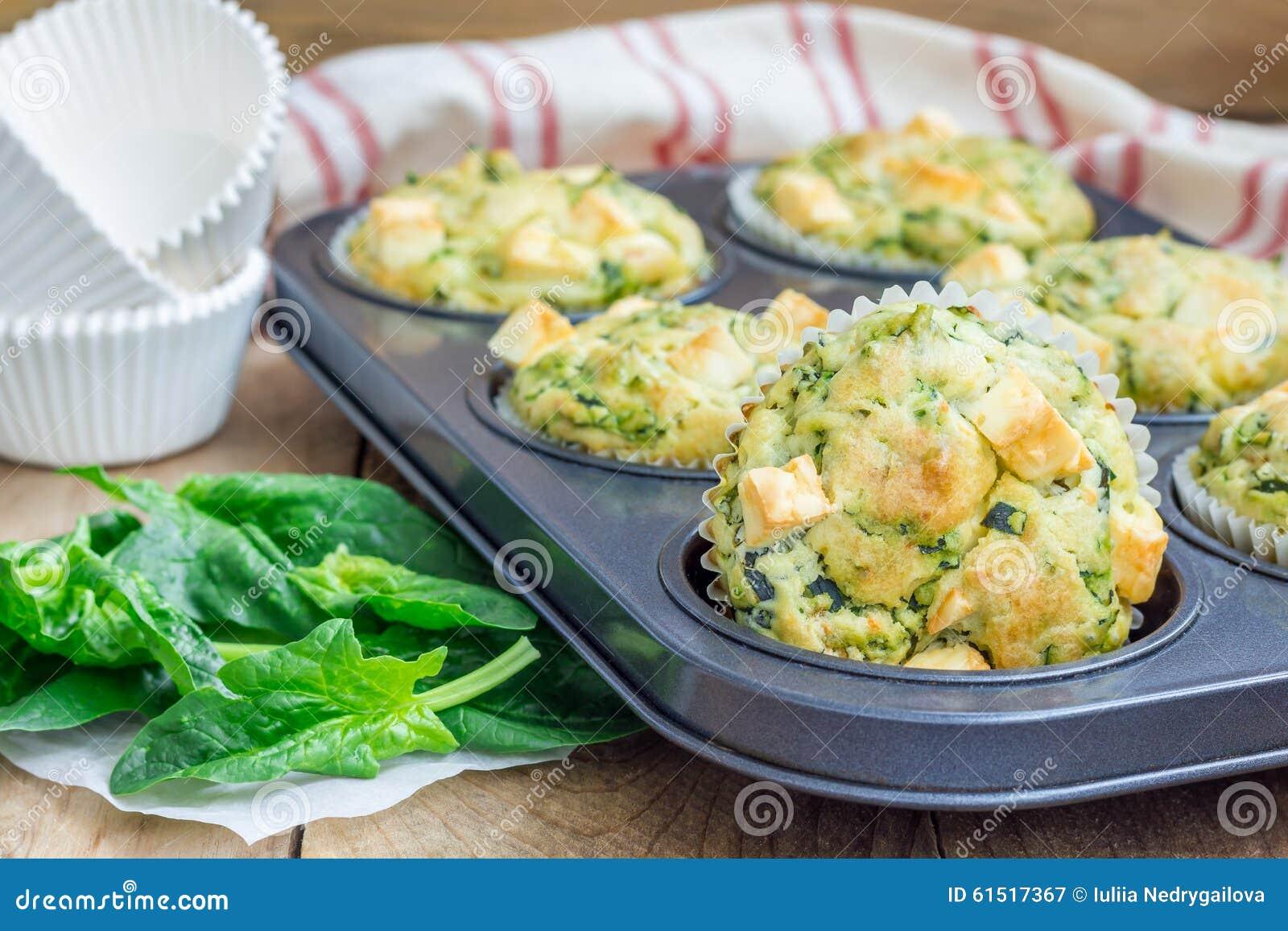 Булочки закуски с сыром шпината и фета